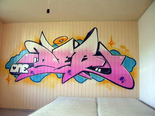 graffiti d 39 un pr nom r alis sur un mur en lambris biennechambre graffiti dans toute la suisse. Black Bedroom Furniture Sets. Home Design Ideas